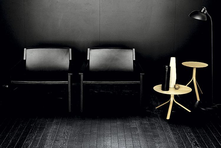 Коллекция Warm, Kerakoll design house. Настене–быстросохнущее матовое покрытие Decor сэффектом шелка, наполу–деревянная доска Legno+Color Large, бордюр Invisibile
